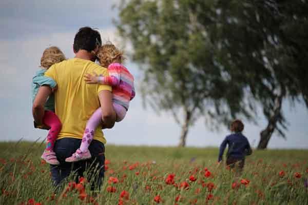 Lovac u žitu s djecom