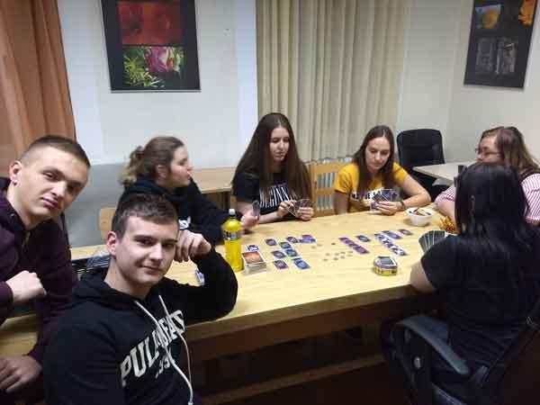 Game Night osmijeh pobjednika