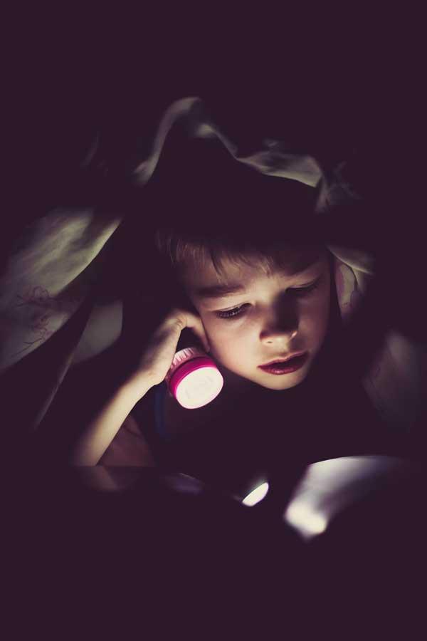 Čitanje knjige noću