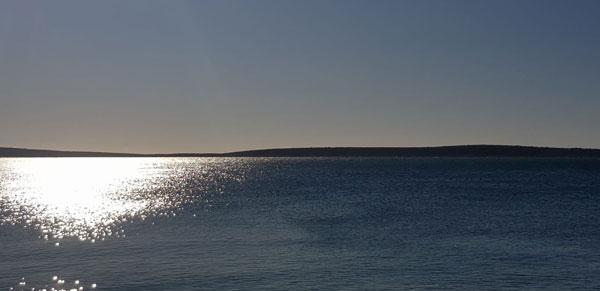 i gledam more gdje se k meni penje