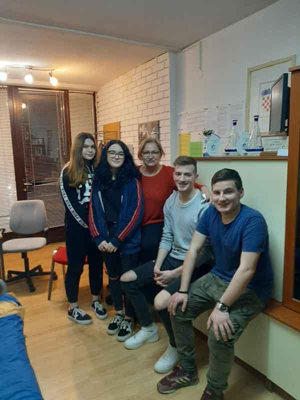Ekipe zajedno s odgajateljicom iz učeničkog doma Moravice
