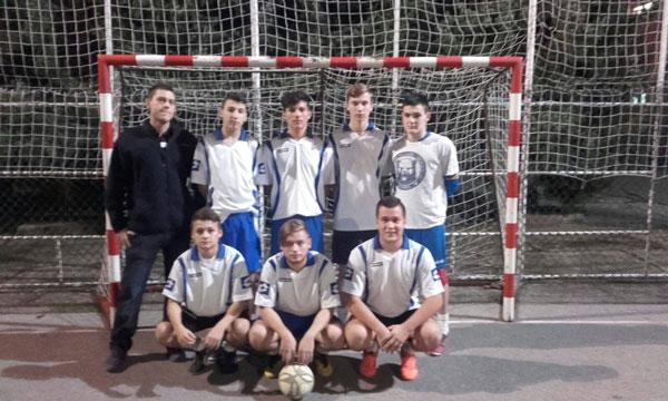 Dino s nogometnom ekipom